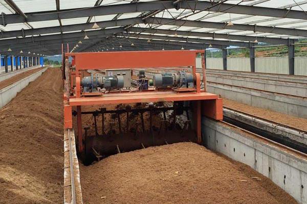 鸡粪发酵翻抛机翻抛高度与建槽注意事项